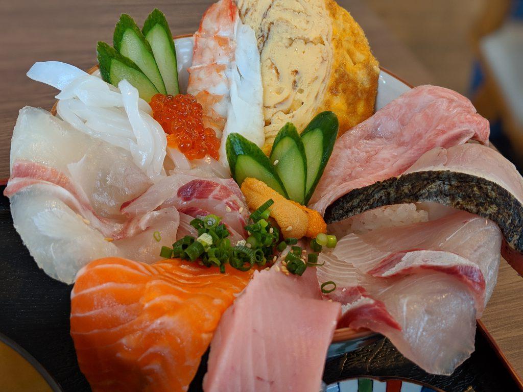 小倉北区にある魚屋さん、魚処やましたで豪華な海鮮丼を食べた!