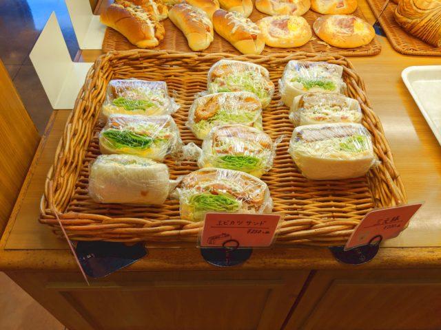 豊富な種類のパン有り! パンの食卓 ヨシムラへと行った!