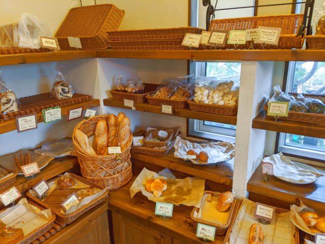 見た目はおしゃれな一軒家! チャールカであんバターパンを買った!